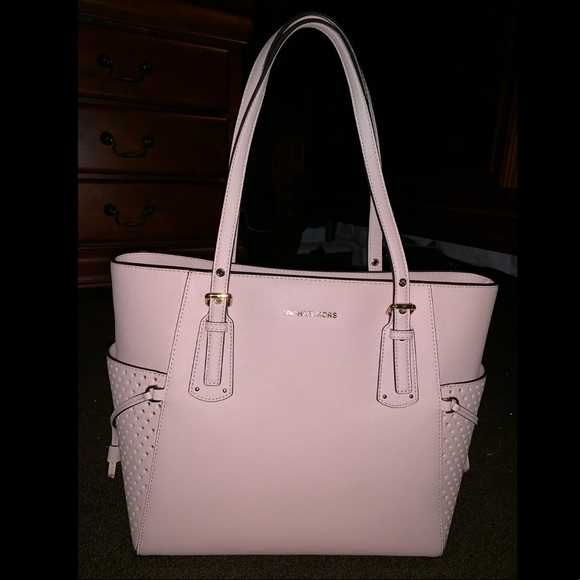 a4eaddedee69 Michael Kors Voyager Crossgrain Leather tote. M 5c47d738aaa5b8cd6df96c00